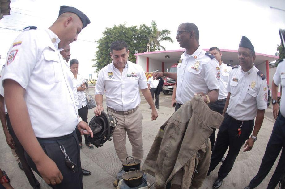GOBERNADOR DUMEK TURBAY VISITÓ CEMENTERIO MECANICO DE LOS BOMBEROS